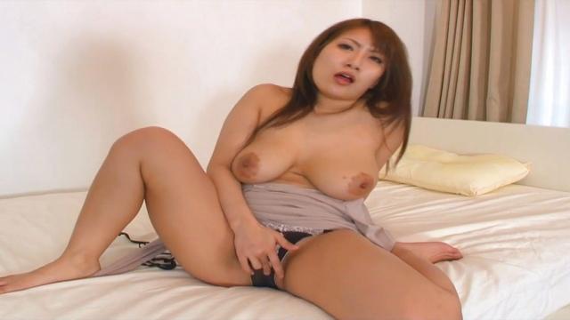 Busty Mizuki uses vibrator to squirt - Japanese AV Porn