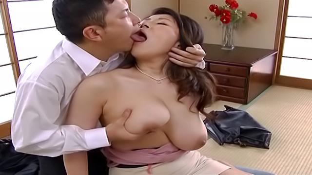 Mizuno Yoshie works over the length giving blowjob - Japanese AV Porn